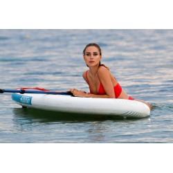 Кимберли Гарнер в красном купальнике.